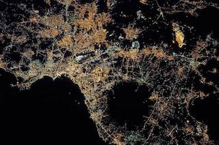Napoli di notte e l'Etna innevato dallo spazio tra i 17 scatti più belli scelti dalla NASA