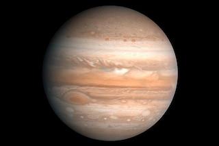 Giove, tutti i segreti del pianeta più imponente che ci salva dai pericoli dello spazio