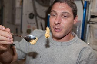 Cacca degli astronauti trasformata in cibo grazie ai microbi: il pasto spaziale è servito