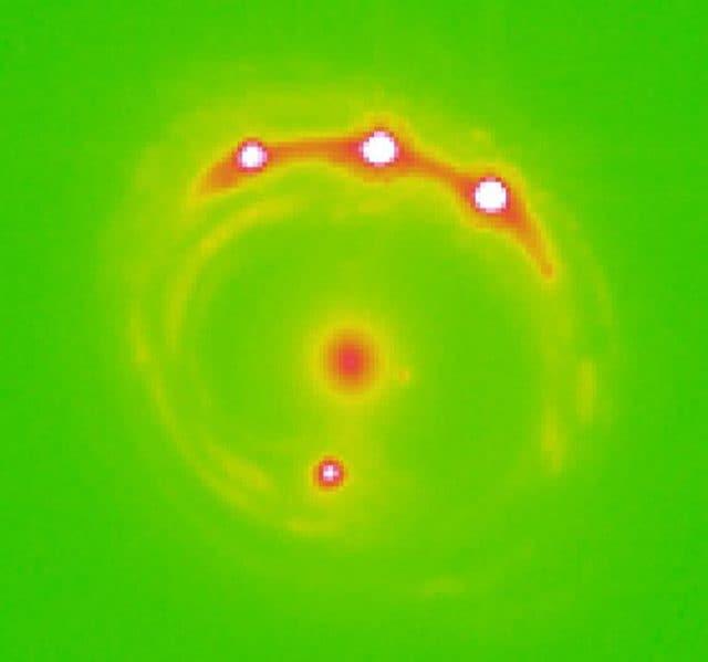 La galassia e il quasar, quadruplicato dalla tecnica delle microlenti. Credit: Università dell'Oklahoma