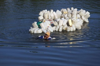 Mama Hasria, il simbolo dell'inquinamento: nuota 4 km al giorno con 200 taniche per l'acqua potabile