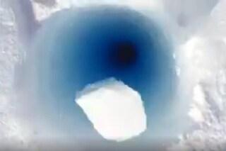 Sembra Bugs Bunny che scappa, ma è il suono che fa un pezzo di ghiaccio lanciato in un buco
