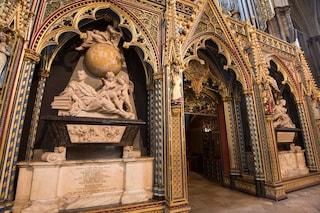 Stephen Hawking sepolto accanto a Newton e Darwin nella Westminster Abbey di Londra