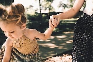 Sollevare i bambini per le braccia è molto pericoloso: cos'è la pronazione dolorosa