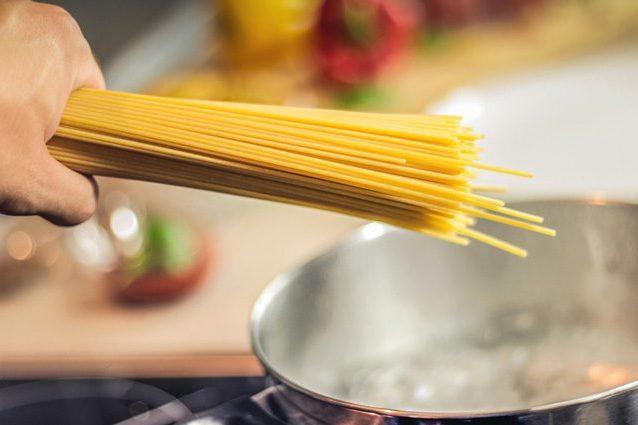 La pasta non fa ingrassare, ma aiuta a perdere peso: basta mangiarne pochissima