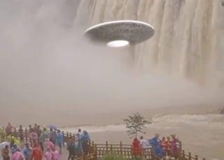 Disco volante davanti alla cascata... ma ai turisti non gliene importa niente