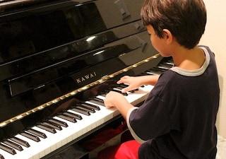 Studiare pianoforte a 4 anni migliora il linguaggio dei bambini: tutti a lezione di musica