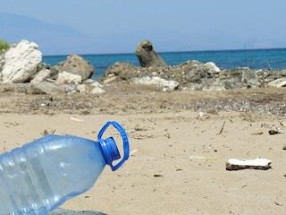 Prendiamo il sole su spiagge coperte di plastica e rifiuti: così ci inquiniamo da soli