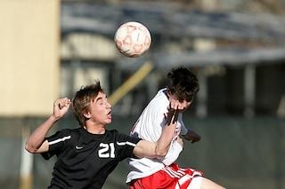 I calciatori rischiano problemi di equilibrio: troppe testate al pallone