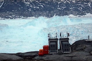 Ripreso in diretta il distacco di un gigantesco iceberg dalla Groenlandia: il video