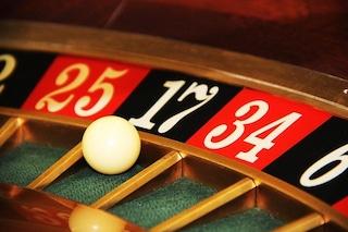 Come capire se nostro figlio gioca d'azzardo: una guida per riconoscere i sintomi e aiutarlo