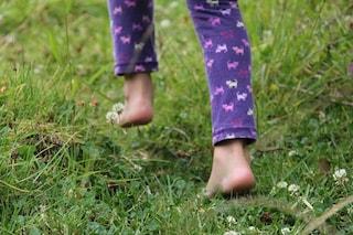 I bimbi che camminano scalzi sono più 'equilibrati'