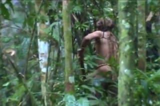 Solo da 22 anni, è l'ultimo della sua tribù: le immagini inedite dell'uomo delle buche