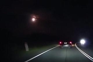 Sfera di luce 'incendia' il cielo australiano e si schianta al suolo: caccia al meteorite