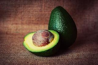Pelle giovane e sana mangiando: dall'avocado al salmone, ecco i cibi da mettere in tavola