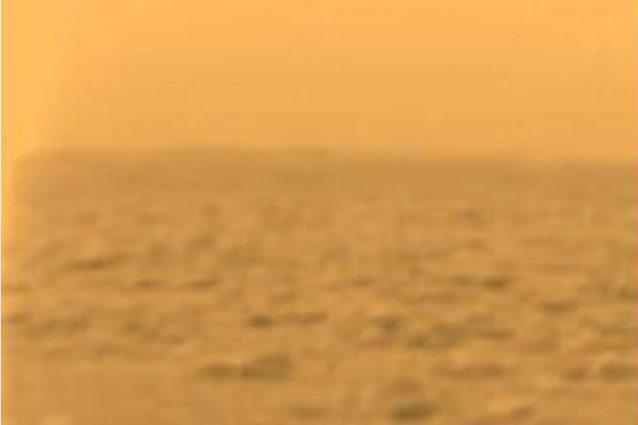 Una vera immagine della superficie di Titano scattata dalla sonda Huygens nel 2005.