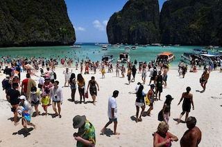 """La baia di """"The Beach"""" chiusa ai turisti a tempo indeterminato: hanno distrutto l'ecosistema"""