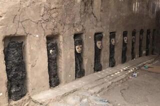 Inquietanti statue di legno con maschere d'argilla scoperte in Perù: hanno centinaia di anni