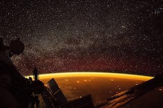 La Terra avvolta da uno spettacolare bagliore arancione: il fenomeno immortalato dalla ISS