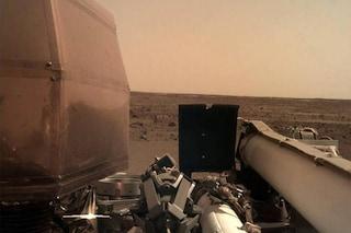 Marte, InSight 'prende il sole': lo scatto dei pannelli solari aperti. Ecco a cosa servono