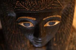 Mummie in condizioni straordinarie, dipinti e sarcofagi decorati emergono da due tombe egizie