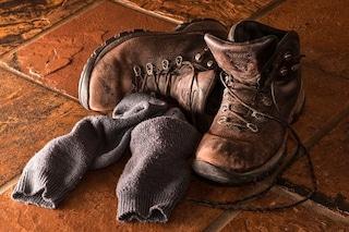 Smetti di annusare i tuoi calzini per sapere se sono sporchi: rischi un'infezione ai polmoni