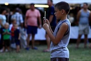Gli schermi di smartphone e videogiochi modificano davvero il cervello dei bambini