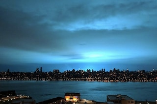 Perché il cielo di New York si è illuminato di azzurro fosforescente: gli alieni non c'entrano