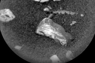 Marte, il rover Curiosity ha scoperto un misterioso oggetto lucido: di cosa si tratta?