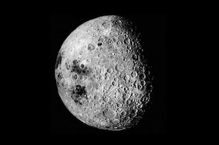 La Luna ha due facce gemelle diverse e grazie a 360 simulazioni sappiamo perché