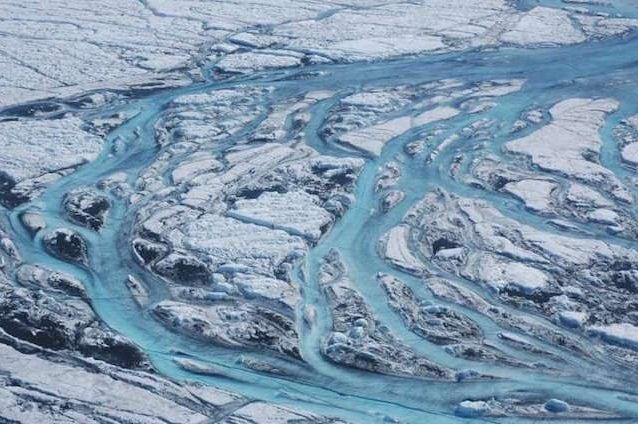 Fiumi di acqua provenienti dai ghiacciai in Groenlandia, effetti del riscaldamento globale. Credit: Sarah Das, Woods Hole Oceanographic Institution