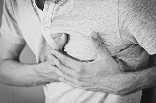 Tumore al seno negli uomini, è davvero possibile: sintomi, diagnosi e cura. La storia di Peter