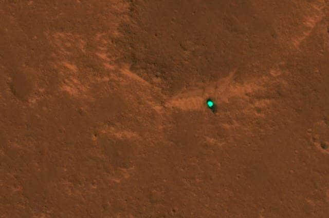Scudo termico di InSight della NASA sulla superficie di Marte fotografato dalla telecamera HiRISE a bordo della Mars Reconnaissance Orbiter della NASA. Credits: NASA/JPL–Caltech/University of Arizona