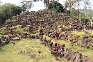 "Gigantesca ""piramide"" celata dalla terra emerge in Indonesia: è a strati e antichissima"