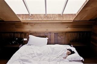 Parlare, urlare e tirare calci nel sonno: cos'è il disturbo comportamentale del sonno REM