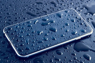Morire folgorati nella vasca da bagno a causa di uno smartphone è possibile?