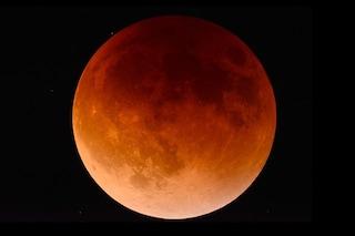 Cos'è l'eclissi di Luna secondo i terrapiattisti e perché diventa rossa