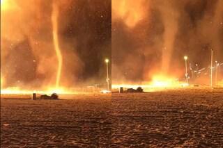 Tornado di fuoco alti 50 metri investono spiaggia olandese: le immagini impressionanti