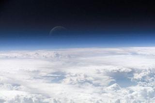 L'atmosfera terrestre è molto più grande di quanto credessimo: la Luna ci vola attraverso