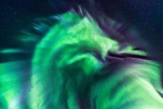 Magnifica aurora boreale a forma di dragone spunta sui cieli d'Islanda: lo scatto mozzafiato