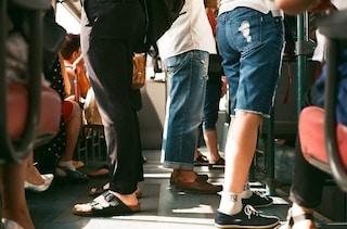 Mezzi pubblici e scarsa igiene: i giovani italiani hanno sempre più paura di infezioni e verruche