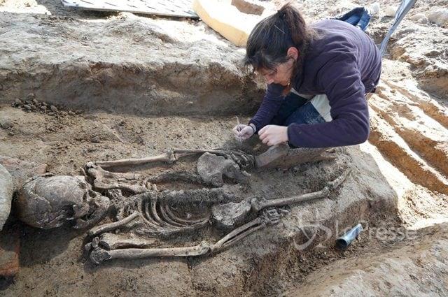 Lo scheletro in una tomba romana limitrofa a quella etrusca