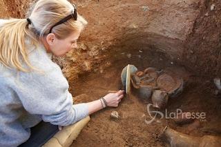 Tomba etrusca scoperta sotto una necropoli romana: le spettacolari immagini dei reperti