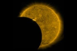 Assurda eclissi di Sole, la Luna passa due volte sulla stella: cos'è successo