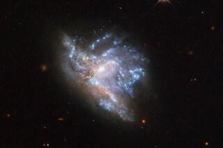 """Galassie si """"scontrano"""" nello spazio: lo scatto mozzafiato del Telescopio Spaziale Hubble"""