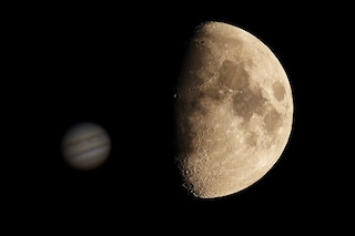 """La Luna e Giove """"danzano"""" nel cielo: quando e come vedere il magnifico duetto"""