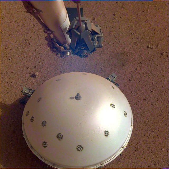 Lo scudo che protegge i sensori del SEIS. Credit: NASA/JPL–Caltech