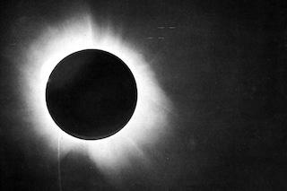 100 anni fa l'eclissi totale di Sole dimostrò la Relatività di Einstein e il suo genio