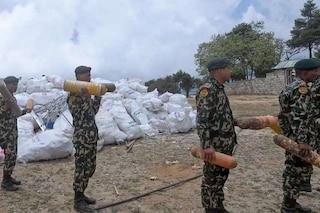 Riscaldamento globale sull'Everest: spuntano quattro corpi e tonnellate di spazzatura