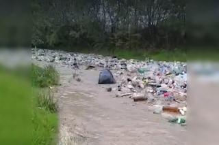 Inquietante fiume di plastica e altra spazzatura filmato in Romania: il video